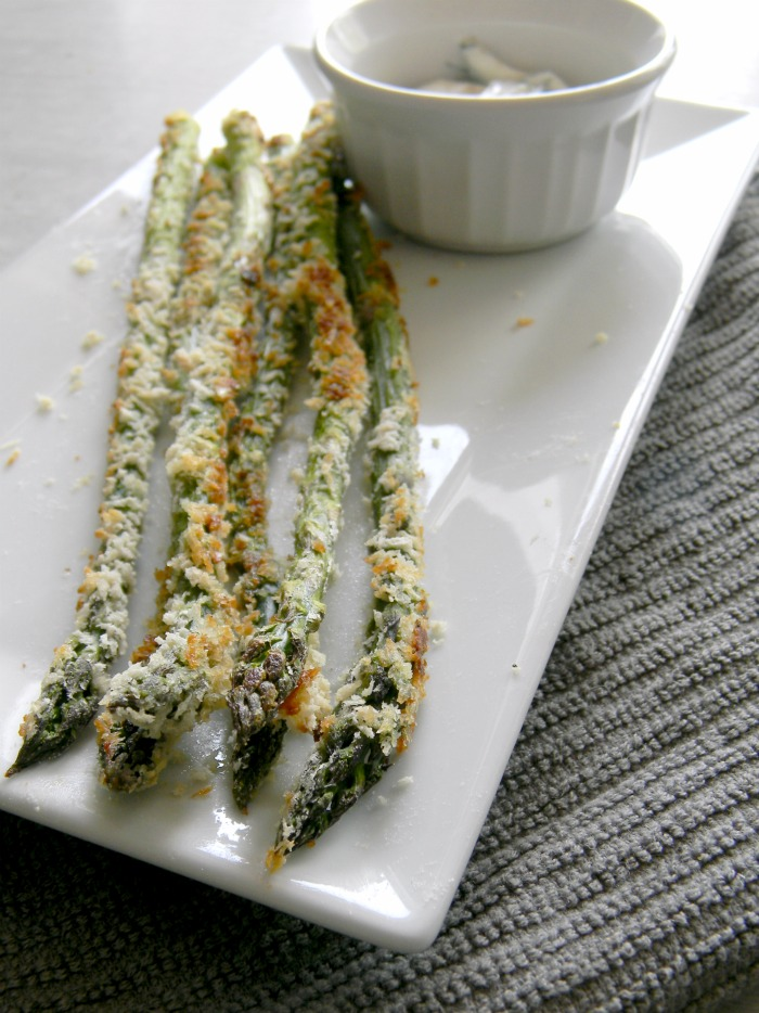 This recipe for asparagus fries is a delicious way to enjoy this vegetable all Summer long, especially when it's paired with the herbed lemon yogurt sauce!