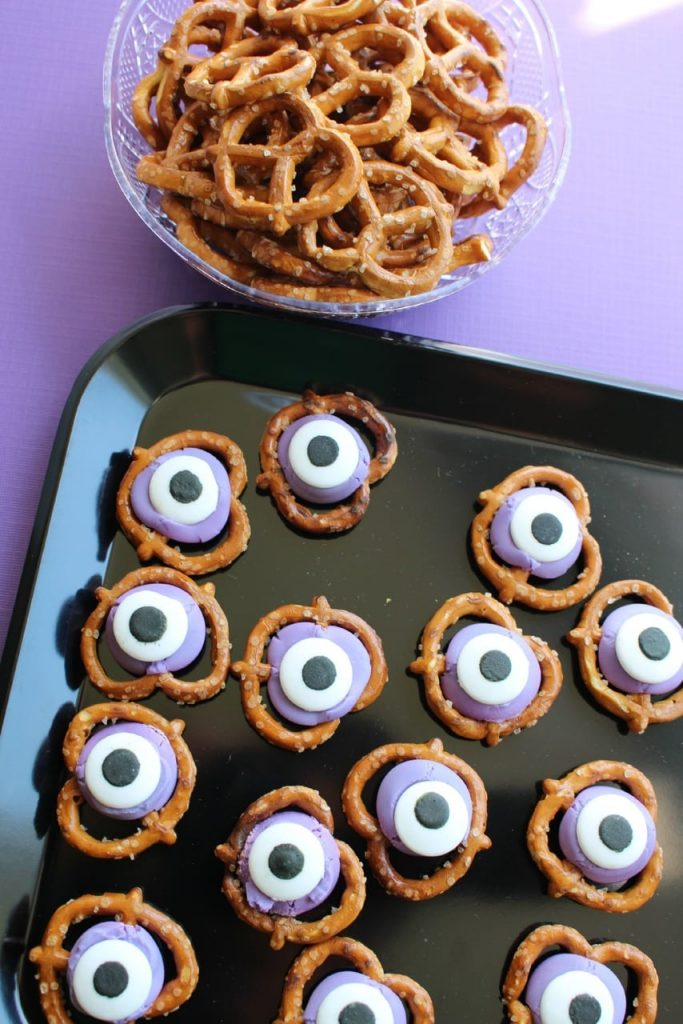 Monster Eyes Treat - a deliciously easy sweet and salty halloween snack that's perfect those scary movies nights! Fun to make with the whole family, too!