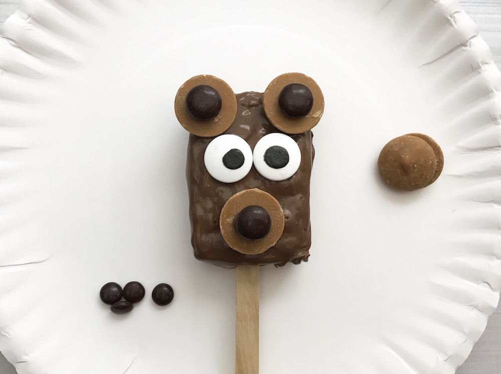 This super simple bear dessert is crispy, chocolatey and peanut buttery - it doesn't get much better than that! Your whole family will want to make (and eat!) these cute Brown Bear Rice Krispie treats on a stick. #DessertOnAStick #BearDessert #ForestFood #ForestParty #RiceKrispie #RiceKrispieTreat #BearFood #ChocolatePeanutButter